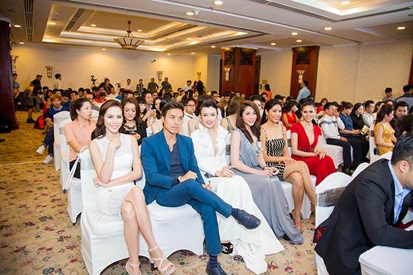 Trong suốt buổi trò chuyện, các người đẹp, nghệ sĩ chăm chú nghe chia sẻ của ban tổ chức về thể lệ, giải thưởng cuộc thi.