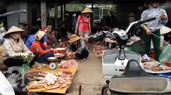 Chợ có 4 dãy bán thịt lợn kéo dài khoảng 30 mét.