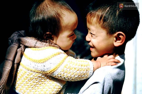 Thành rất thích chơi đùa cùng Phi Nhung. Cậu bé này hiếm khi nở nụ cười với ai khác trừ em gái của mình.