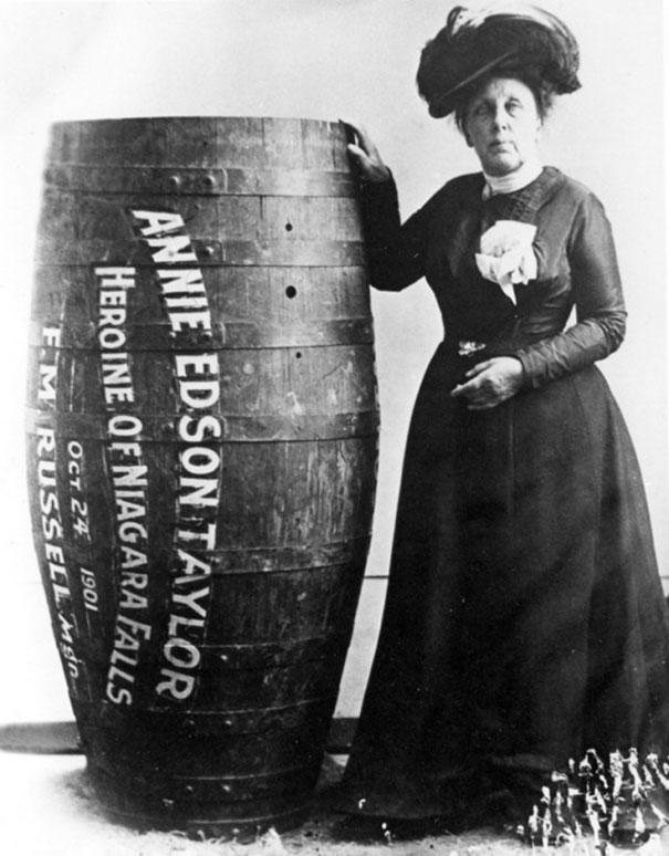 Annie Edison Taylor, người đầu tiên sống sót khi vượt dòng thác Niagara Falls trong một chiếc thùng. Ảnh chụp năm 1901