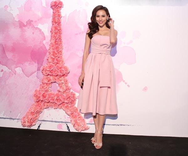 Có mặt ngay sau Linh Nga, Á khôi Lệ Quyên tự tin thể hiện sự gợi cảm với váy hồng cúp ngực quyến rũ.
