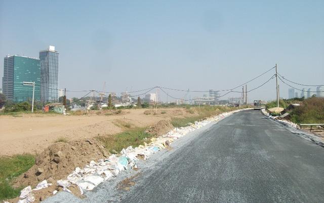 Đường Ven sông Sài Gòn (R3): là tuyến đường bao quanh phía tây bán đảo. Trong khi bên ngoài giáp với sông Sài Gòn thuận tiện giao thông đường thủy thì bên trong lại bao quanh khu vực thương mại sầm uất.