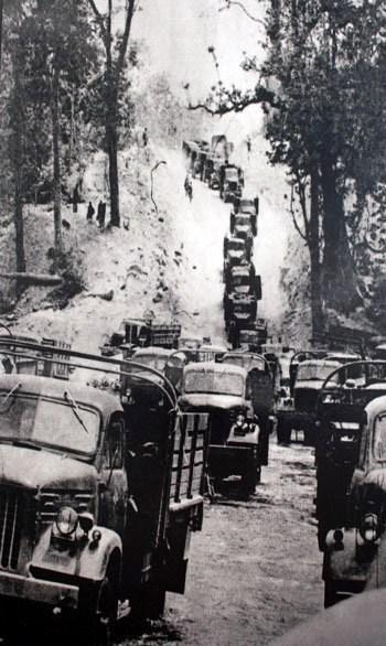 Đoàn xe vận tải của quân đội Việt Nam trên tuyến đường Trường Sơn trong chiến dịch Hồ Chí Minh năm 1975