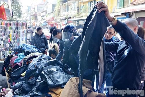 Những điểm xả hàng quần áo trên các tuyến phố ngày cuối năm đông nghịt người.