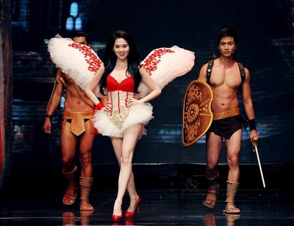Sang đến năm 2012, Ngọc Trinh đã được Khắc Tiệp biến thành một phiên bản Việt của các thiên thần Victorias Secret.