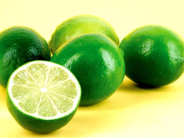 Ngoài ra, tất cả thực phẩm có thể loại bỏ mùi hôi hiệu quả đều giàu polyphenols, chất có thể phân hủy các hợp chất gây mùi hăng cay của tỏi. Axit của chanh cũng giúp góp phần tích cực vào quá trình khử mùi này.