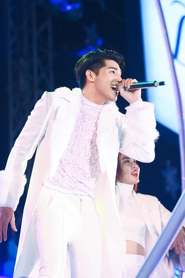 Noo Phước Thịnh diện cây trắng và hát 2 ca khúc Hold me tonight & Really Love you.