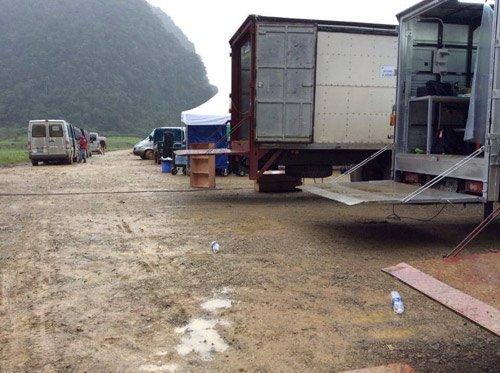 Những xe tải phục vụ cho đoàn làm phim.