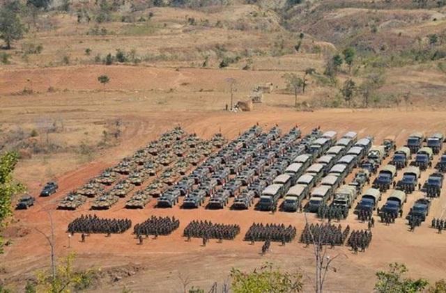 Theo ước tính, Quân đội Myanmar đang duy trì lực lượng thường trực với quân số 492.000 người (so với khoảng 450.000 người của Việt Nam), trong đó Lục quân Myanmar có quy mô lớn nhất với 392.000 người.
