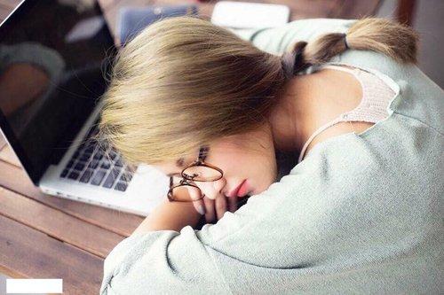 Emmy Nguyễn - hot girl nổi tiếng với biệt danh Tây Thi ngủ gật từng gây bão cộng đồng mạng khi bức ảnh chụp lén cô đang ngủ bên chiếc laptop được tung lên internet.