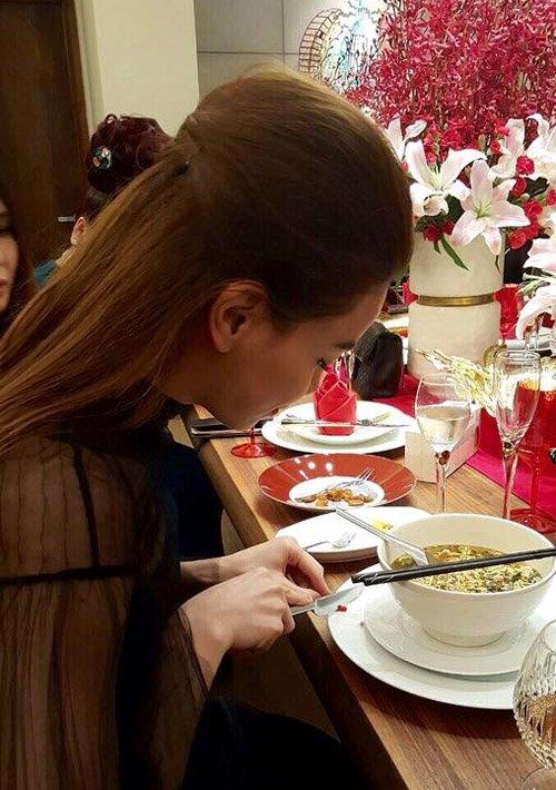 Mặc cho sự tò mò của các quan khách có mặt xung quanh, bà mẹ một con vẫn cặm cụi cắt ớt để ăn kèm bữa tối. Nữ ca sỹ cho biết, mì gói là một trong những món ăn khoái khẩu của cô sau mỗi lần đi diễn muộn.