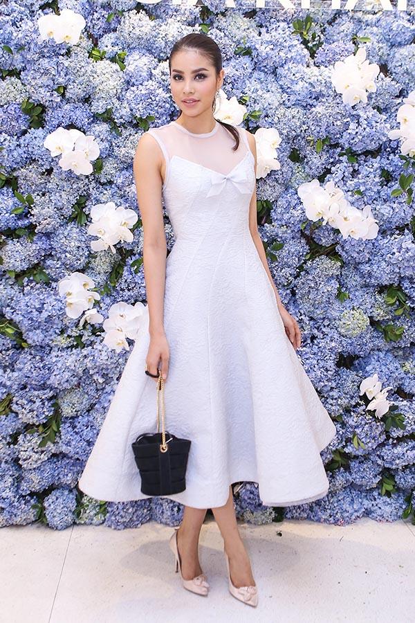 Lần đi sự kiện này, Hoa hậu Hoàn vũ Việt Nam 2015 vẫn duy trì hình ảnh thanh lịch khi mặc chiếc váy kín đáo, tinh tế.