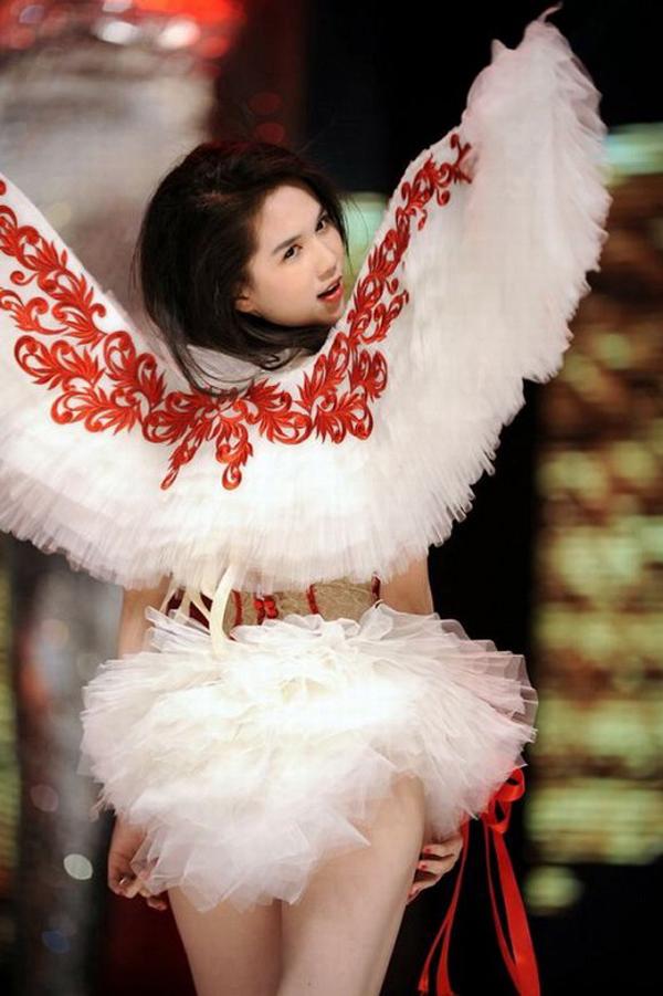 Đôi cánh thiên thần đã khiến Ngọc Trinh trở thành tâm điểm nổi bật nhất Đêm hội. Đây cũng là lúc cô đẹp, tự tin và xuất thần nhất trên sàn catwalk.