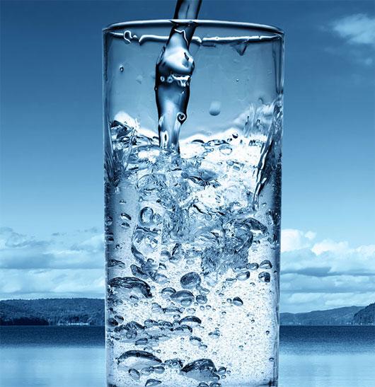 Nước vô cùng quan trọng đối với cơ thể. Uống thật nhiều nước sạch để giữ cho cơ thể đủ nước, sản xuất ra nước bọt, và loại bỏ những thứ bám xung quanh miệng. Khô miệng khiến vi khuẩn có cơ hội phát triển.