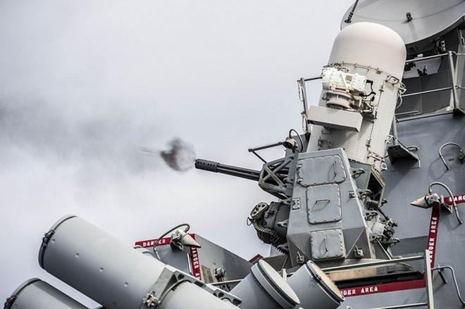 Nếu may mắn vượt qua sự truy sát của tên lửa phòng không SM-2, chiến đấu cơ Nga sẽ phải đối mặt với vũ khí khác cực kỳ nguy hiểm là hệ thống phòng thủ tầm gần Mk15 Phalanx 20 mm. Ảnh: Flickr/US Navy.