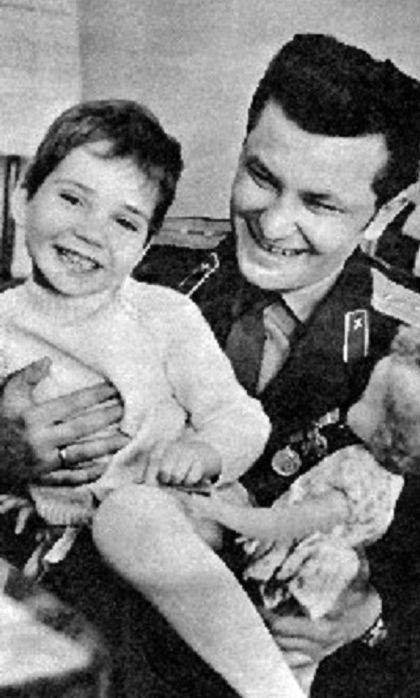 Ảnh chụp chung giữa Đại úy không quân Xô viết Igor Belikov Belikov và Kathrin Lehmann sau khi anh cứu sống cô bé rơi từ độ cao 22m.