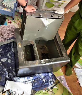 Chiếc két nhà Đăng Khôi bị kẻ gian phá vỡ.