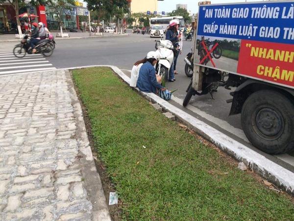 2 cô gái đi ngược chiều bị CSGT bắt chép phạt giữa đường. (Nguồn ảnh: Tôi yêu Đà Nẵng)
