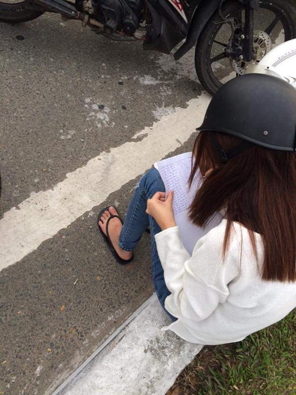 Cô gái ngồi chép phạt với những dòng chữ rất ngay ngắn: Tôi hứa sẽ không đi ngược chiều nữa. (Nguồn ảnh: Tôi yêu Đà Nẵng)