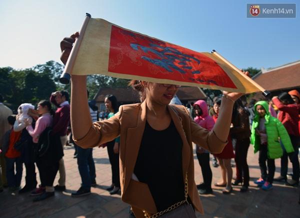 Bạn Linh ở Từ Liêm, Hà Nội đang đứng giữa dòng người xếp hàng để hong chữ Duyên  vừa xin được.