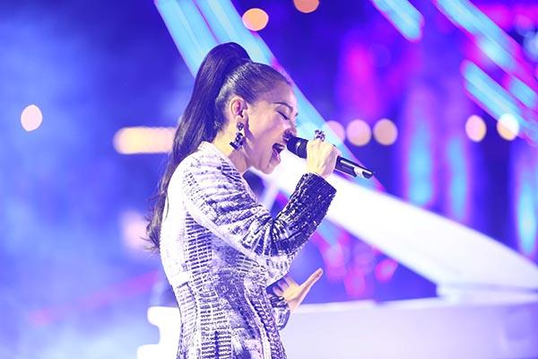 Thu Minh khoe giọng hát khủng với loạt hit: Đừng yêu, Just love và những bản mash-up lạ tai.