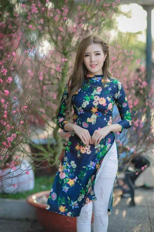 Từ bỏ những bộ cánh gợi cảm, Lily Luta tự tin diện áo dài đón Tết. Kiểu áo dài cách tân Lily Luta diện được dự báo là sẽ hot suốt năm 2016