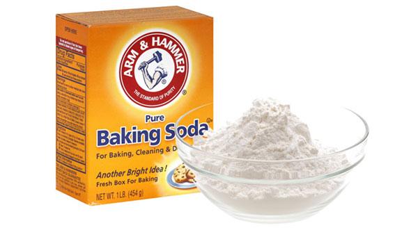 Baking soda là một chất khử mùi rất tốt hay dùng trong tủ lạnh để giữ cho thực phẩm có mùi tự nhiên. Hãy dùng nó như kem đánh răng với một giọt bạc hà, dầu cây trà, dầu chanh.