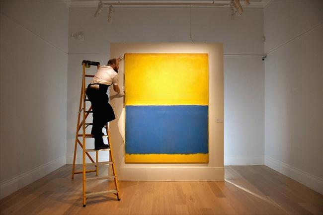Vẫn với phong cách đơn giản, phối màu của mình - bức Yellow & Blue của Mark Rothko - họa sĩ người Mỹ gốc Nga và Do Thái được hãng đấu giá nổi tiếng Sotheby đặt một mức giá kỷ lục và bán với giá 46,5 triệu USD (1.033 tỉ đồng) vào năm 2015.