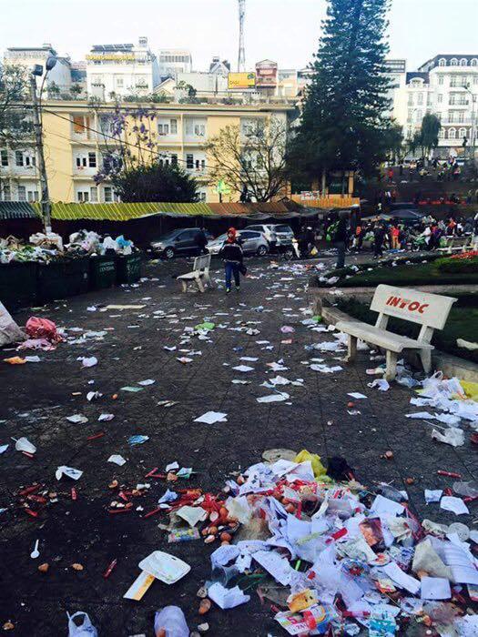 Hình ảnh 1 con phố ở Đà Lạt ngập trong đống rác thải của khách du lịch để lại.