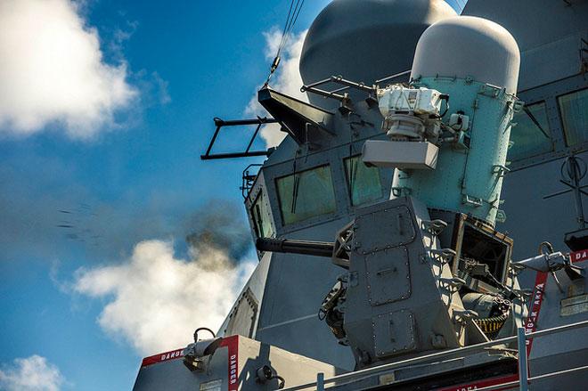 Phalanx được thiết kế thành một hệ thống khép kín với radar tìm kiếm, chỉ thị mục tiêu và điều khiển hỏa lực riêng. Bên cạnh đó, nó còn được trang bị thêm hệ thống tìm kiếm và chỉ thị mục tiêu hồng ngoại (FLIR) để bổ sung cho radar. Ảnh: Flickr/US Navy