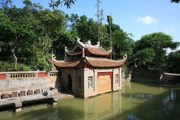 Từ những mái ngói âm dương, những cánh cửa gỗ hoặc từng món đồ trang trí trong Việt phủ đều được họa sĩ Thành Chương dày công sưu tập, chăm sóc.