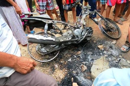 Chiếc xe bị đốt cháy trơ trụi của một kẻ trộm chó tại Nghệ An ngày 10.6.2013. Ảnh: N.V.T.