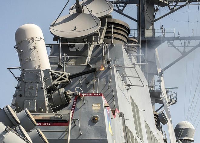 Phalanx gồm một pháo tự động M61 Vulcan 6 nòng cỡ 20 mm. Pháo có tốc độ bắn lên đến 4.500 viên/phút, tầm bắn hiệu quả 3,5 km. Ảnh: Flickr/US Navy