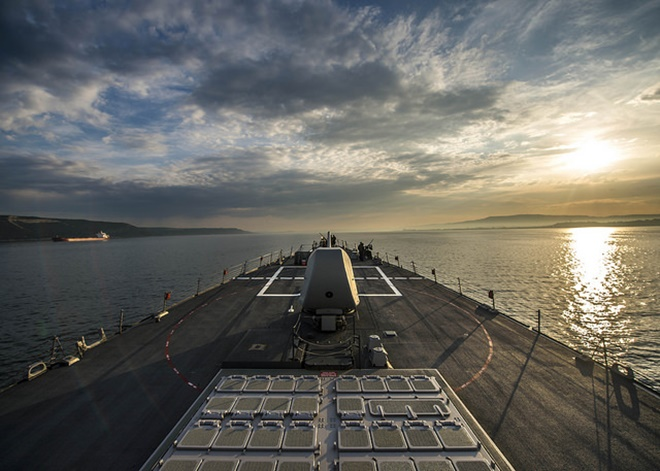 Mặc dù tàu khu trục Mỹ không đáp trả hành động của máy bay Nga, nhưng nếu cần thiết, chiến hạm Mỹ sở hữu nhiều loại vũ khí có thể hạ Su-24 từ khoảng cách rất xa.  Vũ khí mạnh nhất là các tên lửa hải đối không SM-2 chứa trong hệ thống phóng thẳng đứng (VLS) Mk41. Ảnh: Flickr/US Navy