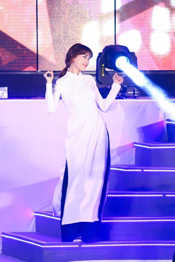 Hari Won mặc áo dài và hát ca khúc Sài Gòn đẹp lắm.