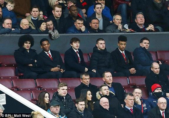Marouane Fellaini, Anthony Martial, Matteo Darmian, Sam Johnstone và Cameron Borthwick-Jackson ngồi trên khán đài theo dõi vì chấn thương.