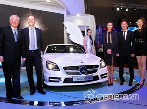 Tuấn Hưng bảnh bao khi xuất hiện ở một triển lãm ô tô tại Việt Nam cùng nhiều gương mặt quen thuộc trong làng giải trí. Nam ca sĩ tiếp tục gây shock khi rất nhanh chóng quyết định thêm vào bộ sưu tập siêu xe chiếc xế hộp Mercedes C300 AMG có giá khoảng 1,5 tỷ đồng.