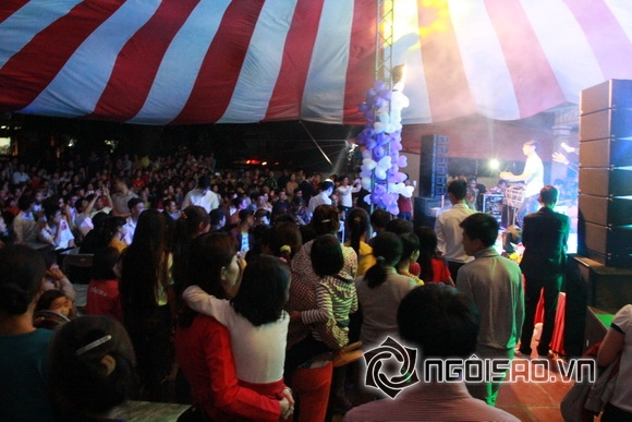 Dù đã muộn nhưng ở rạp cưới số người kéo đến chung vui ngày càng đông