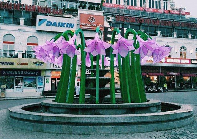 Hình ảnh hoa được trang trí tại đài phun nước ngay bên hồ Gươm khiến nhiều người bất ngờ (Ảnh: Internet)