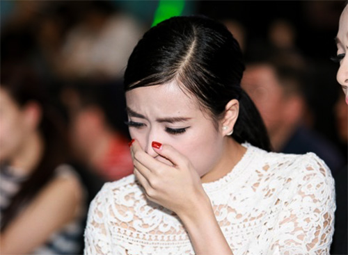 Hoàng Thùy Linh mệt mỏi, liên tục ho khi ngồi dưới hàng ghế khán giả trong đêm thi 6