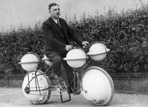 Xe đạp có thể vừa đi trên cạn vừa đi dưới nước.