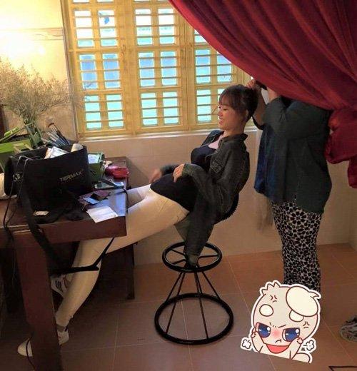 Hari won rạng rỡ khi được một người chị thân thiết làm tóc. Dáng ngồi khó đỡ của bạn gái Trấn Thành được fan nhận xét là rất dễ thương.