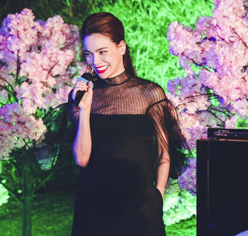 Nữ ca sỹ được mời lên sân khấu biểu diễn một số bài hit quen thuộc. Dù đang vướng phải ồn ào đời tư, nhưng thời gian qua, Hồ Ngọc Hà vẫn góp mặt ở nhiều sự kiện giải trí.