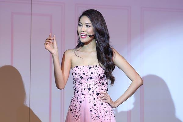 Nhân dịp gặp gỡ nhiều khán giả nữ ở nhiều độ tuổi khác nhau, Lan Khuê cũng bật mí bí quyết làm đẹp, trang điểm của bản thân.