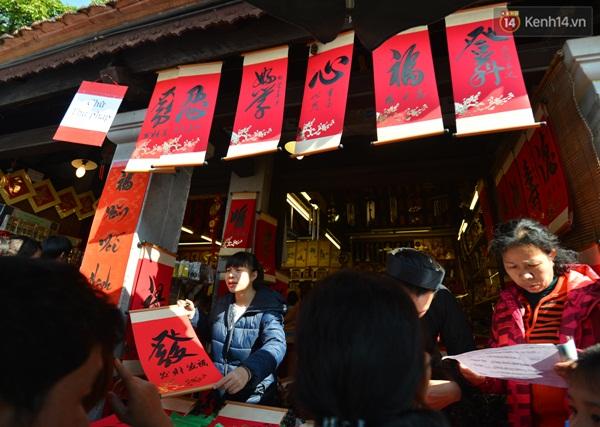 Nhiều người do không thể chờ được tới lượt đã mua chữ tại các ki ốt bán sẵn tại khuôn viên Văn Miếu.