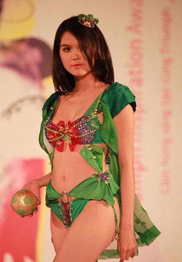 Trong Vòng eo 56, Ngọc Trinh tự nhận mình không mấy duyên với nghề người mẫu. Nhưng thực ra số lần cô trình diễn catwalk cũng không hề ít.