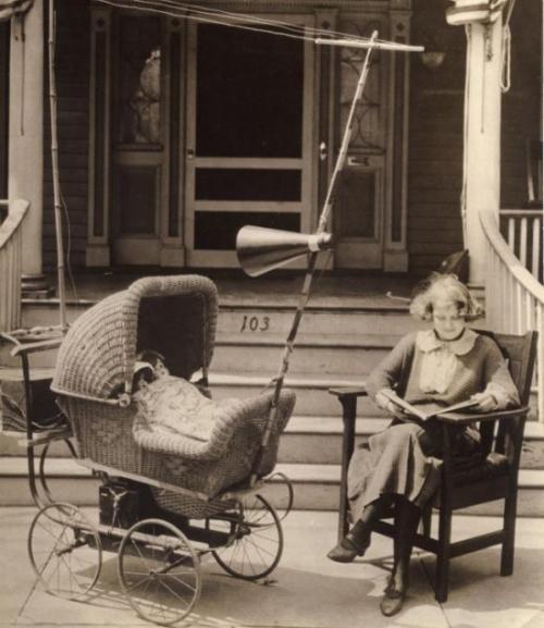 Xe đẩy có đài và loa để ru em bé ngủ.