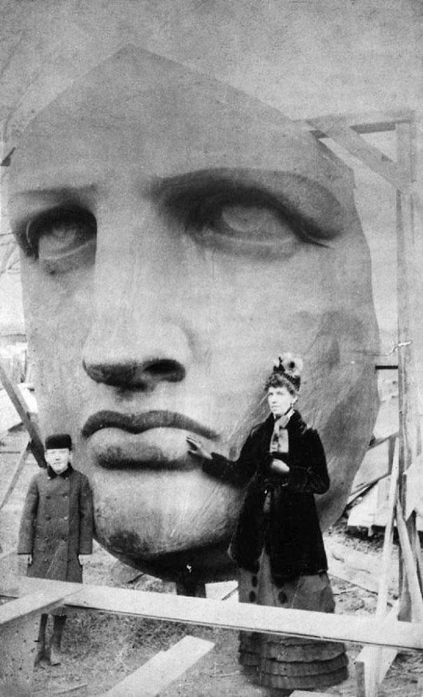 Phần đầu của bức tượng Nữ thần Tự do. Bức ảnh chụp năm 1885