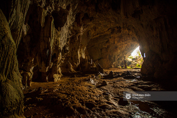 Bên trong hang động vô cùng rộng lớn và có phần u ám.