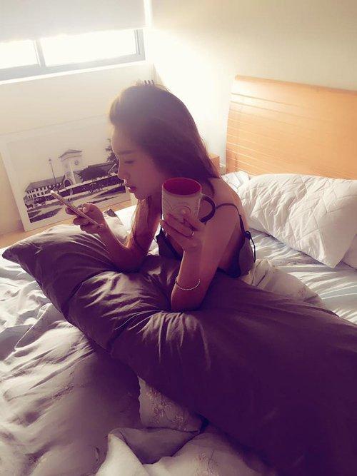Elly Trần bị chụp lén khi vừa thức giấc. Dù ở tình trạng đầu xù tóc rối song gương mặt của bà mẹ hai con vẫn rất xinh tươi.